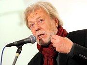 Na středeční vernisáži se kromě umělce Františka Mertla objevil i jeho přítel a herec Jan Kanyza.