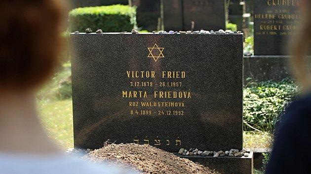 Židovským hřbitovem v Třebíč turisty provede papírový průvodce