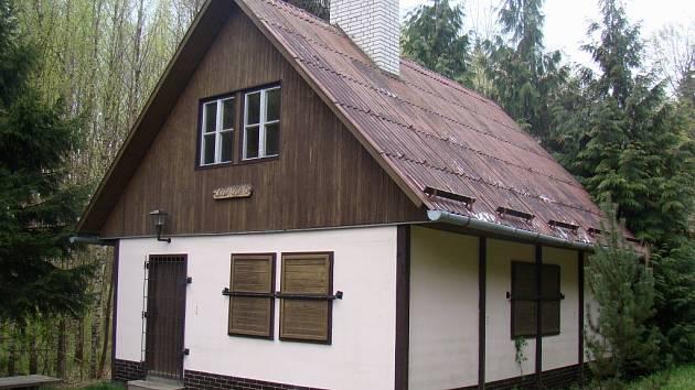 Lovecká chata Damiánka nedaleko Horních Vilémovic by mohla sloužit k příležitostné rekreaci.
