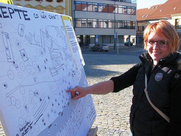 Architektka Pavlína Drbálková ukazuje tabuli, kam mohli lidé lepit svoje návrhy toto, co by rádi měli na Podzámecké nivě v Třebíči.