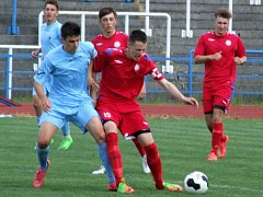 Fotbaloví starší dorostenci Třebíče (v červeném) prohráli ve Vyškově 1:3.