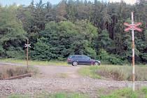 Zvýšení bezpečnosti má pomoci také zrušení přejezdu mezi Třebíčí a Vladislaví. Jde o místo, kde přes trať vede polní cesta, kousek za odbočkou na Hostákov ze silnice I/23.