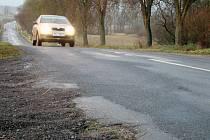 Rozpadající se krajnice, úzký a nepřehledný úsek. Tak lze nyní stručně charakterizovat silnice mezi Trnavou a Rudíkovem, která je součástí nejkratšího spojení Třebíče s dálnicí.