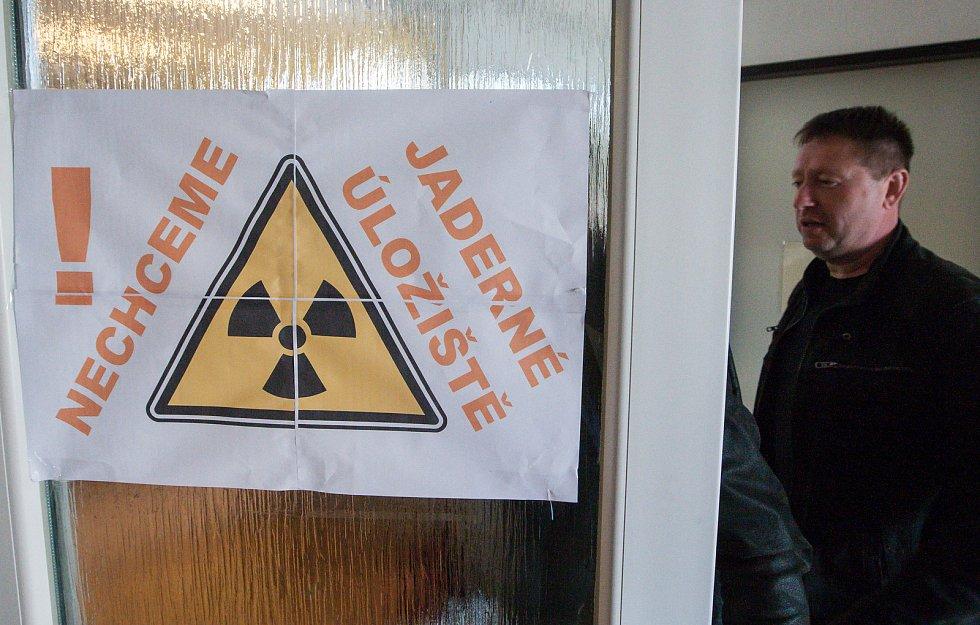 Veřejné zasedání zastupitelů města Jaroměřice nad Rokytnou o o vyhlášení referenda kvůli možnému vybudování úložiště jaderného odpadu.