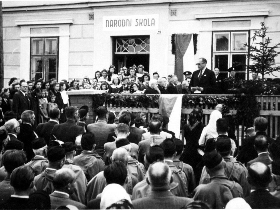 Odhalení pamětní desky Josefa Štefana v Martínkově roku 1946.