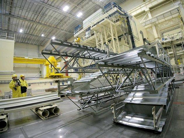 Pod střechou reaktorového sálu, ve výšce přibližně třicet metrů, je dočasně instalován takzvaný falešný strop.