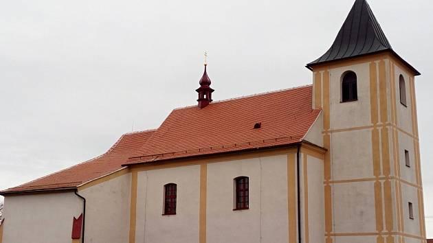 Opravená střecha kostela sv. Jiljí v Hartvíkovicích.