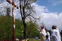 Biskup Pavel Posád slouží mši u Fábrova kříže nad Oponešicemi. Foto: Pavel Kryštof Novák