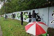 Ani škaredé počasí neodradilo sprejery od společné sobotní akce v Třebíči na legální zdi pod První brněnskou strojírnou.