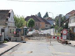 Most ve Starči před bouráním. Kvůli této silniční stavbě se objíždí až přes Rokytnici.