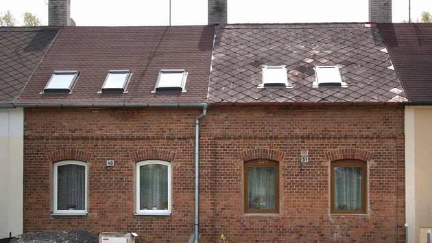 Mají stejná čísla. Třeba Baťovy domky v Koželužské ulici nesou stejná popisná čísla.