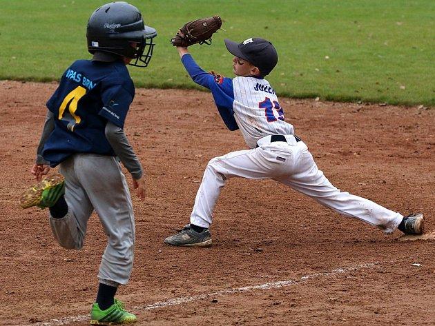 Baseballisté Třebíč Nuclears v kategorii mladších žáků do osmi let (v bílém) vybojovali na Českém baseballovém poháru v Praze stříbrné medaile. Letošní sezona se tak stala pro klub z Vysočiny historicky nejúspěšnější.
