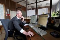 Zkušený dispečer Jaromír Růžička pracuje na své pozici už od roku 1983. Původní pracoviště bylo plné mechanických počítadel, budíků, ručiček, relátek a mnoha drátů. Klasiku postupně nahradily počítače.