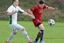 Fotbalisté Náměště-Vícenic (v červeném) přezimovali na čtvrtém místě tabulky, ale na jaře získali pouhých deset bodů a propadli se tabulkou až na konečnou devátou příčku.