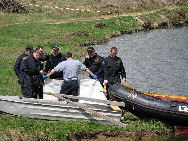 V pondělí krátce po poledni se podařilo jednomu z potápěčů narazit uprostřed rozlehlého rybníka na lidské tělo.
