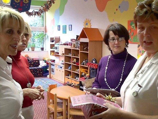 Ředitelka MKS Hana Štěpničková (vlevo) předala primářce  Aleně Holubové schránku na Ježíškovu poštu.