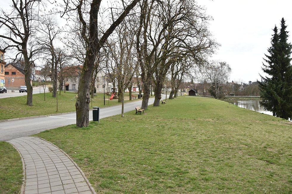 Městský park u autobusového nádraží v Hrotovicích.
