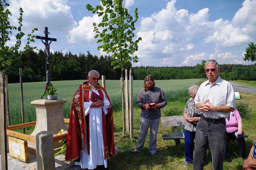 Kantorův kříž v Domamili požehnal farář Alois Pernička.