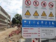 Rozkopané silnice v Třebíči. Bráfova třída má hotové kanály a vodovod. Otevřou ji dřív než na konci října?