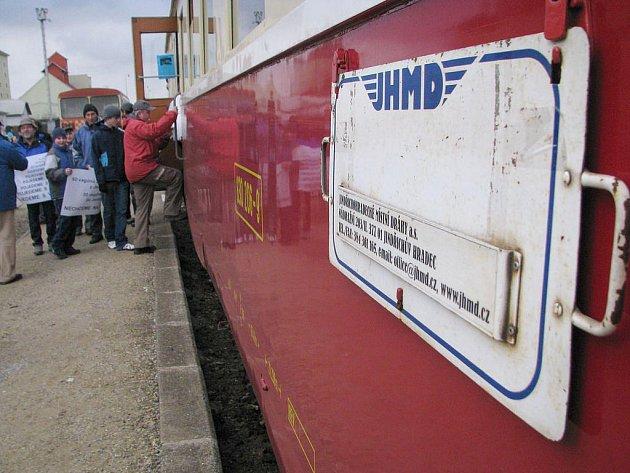 Železniční trať do Jemnice ožila, byť zatím jen na jediný den. Vsobotu po kolejích za velkého zájmu místních lidí projel motoráček Jindřichohradeckých místních drah (JHMD).