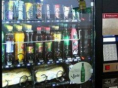 Automat na pití, sladkosti a bagety.