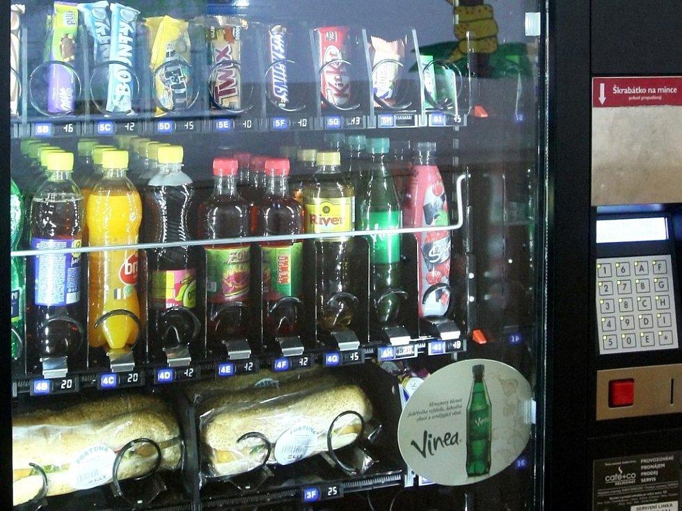 Automat na pití, sladkosti a bagety. Ilustrační foto.