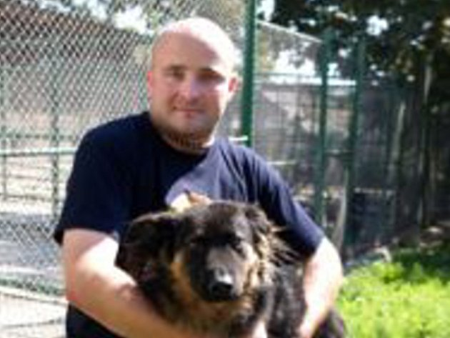 Nemůže chodit, proto ho šéf psího útulku Petr Ondráček nosí v náručí.