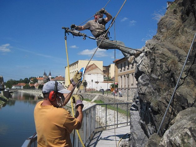 Specialisté zpevňují skálu v Třebíči.