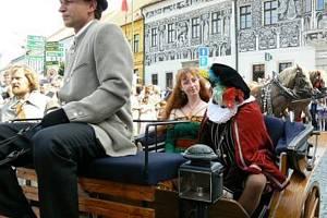 VZHŮRU NA SLAVNOSTI. Bryčka tažená koňmi dnes po patnácté hodině odveze první hosty na zahájení Středověkých slavností. Třebíči jimi oslaví zápis svých památek do seznamu UNESCO.