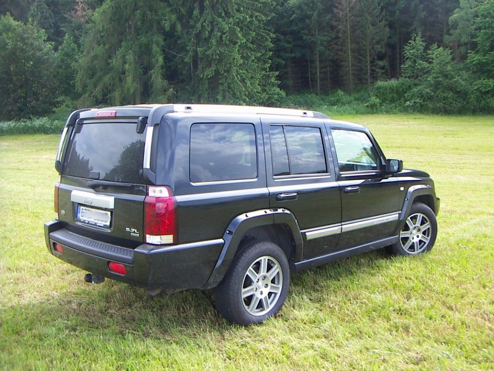 Jeep Comander v temně černé barvě jezdí od března v Třebíči. Pod kapotou má vidlicový osmiválec o  obsahu 5,7 litrů s výkonem 326 koní.