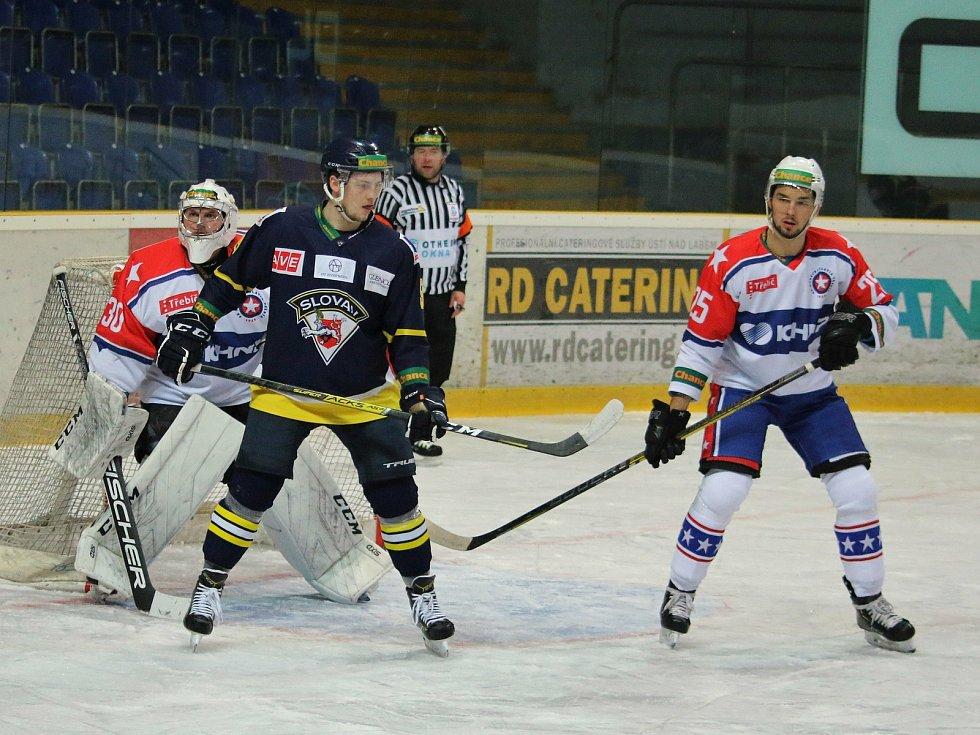 Třebíčští hokejisté (v bílém) mají plný bodový zisk. Na svém ledě přetlačili Ústí nad Labem v poměru 2:1.