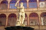 Socha Neptuna na nádvoří náměšťského zámku: