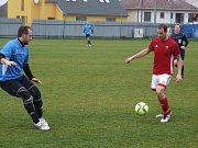 """Fotbalisté Nedvědice (v červeném) předvedli ve Starči bezchybnou obranu. """"Odehráli jsme to hodně defenzivně,"""" řekl po utkání hrající kouč hostí Michal Havlíček."""
