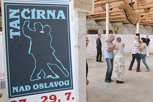 Tančírna nad Oslavou se po loňském úspěšném prvním ročníku stává pevnou součástí Folkových prázdnin. Výuka tanga probíhá ve Staré tkalcovně, unikátním objektu bývalé továrny.