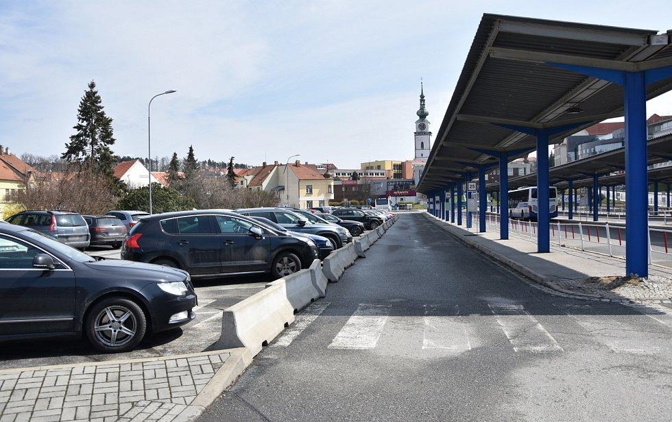 V letošním roce přibude také padesát parkovacích stání na autobusovém nádraží. Radnice upraví nevyužívané nástupiště na parkoviště, jehož výhodou bude poloha u centra města.