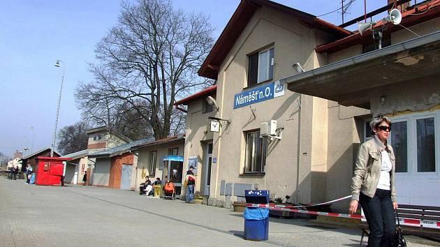 Zatím je na vlakovém nádraží v Náměšti nad Oslavou pouze nová zámková dlažba. A díky cyklopointu už cestující od loňska nemusejí na záchod do stavební buňky. Letos se uskuteční rekonstrukce nádražní budovy.