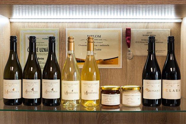 """Vútulné prodejně vína vTřebíči vulici Sv. Čecha Vorlíčkovi nabízejí lahvová isudová vína zpředních moravských vinařství, například Volařík, Vlnka, Kadrnka či ZD Němčičky. """"Smanželkou máme rádi bílá vína, oblíbili jsme si například Kerner od Zdeňka P"""