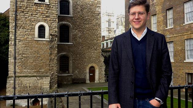 Bohumil Vostal, foceno při natáčení před Westminsterem.