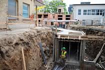 Základy s kabelovými komorami, na kterých vyroste nové nemocniční energocentrum.