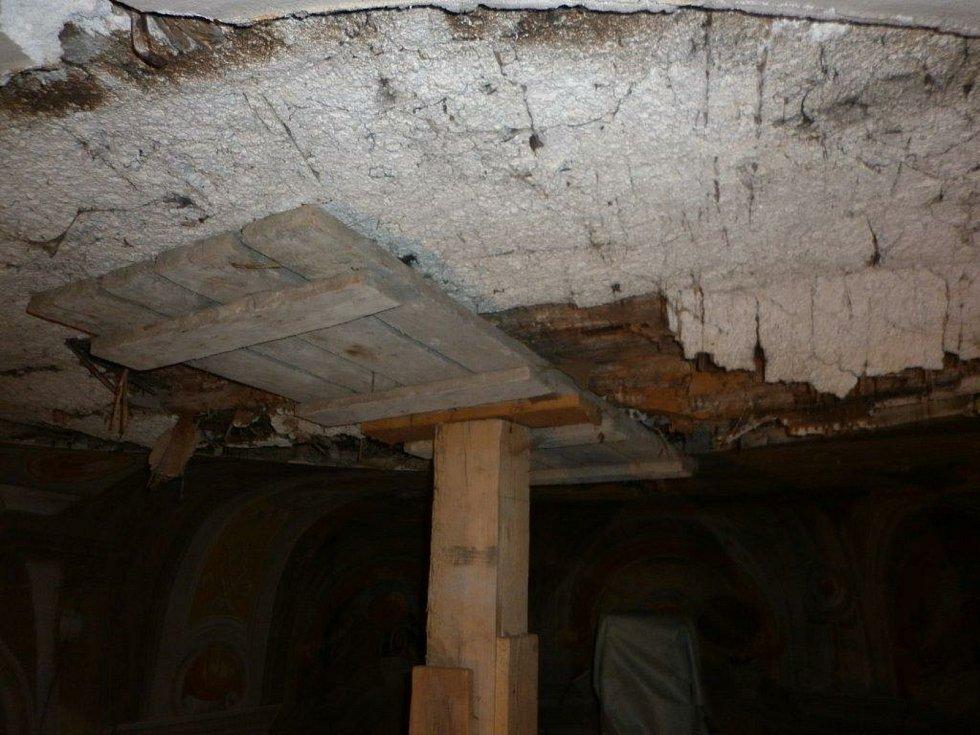 Havarijní stav stropu v kapli před zahájením rekonstrukce.