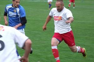 Smolný mač. Fotbalisté Velkého Beranova (v modrém) to měli v Náměšti dobře rozjeté, ale nakonec prohráli 3:4.