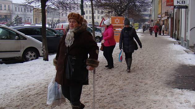 Ani den po sněhové nadílce nejsou v centru Třebíče uklizené chodníky.