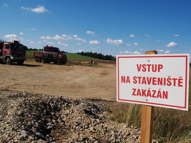 RODÍCÍ SE RYBNÍK. Buldozery  a další těžká technika se v současnosti pohybují nedaleko Vícenic u Náměště. Po více než sto letech tady opět vznikne rybník. Bude mít přes dvanáct hektarů.