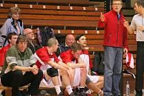 Trenéři třebíčských basketbalistů Vladimír Smital (vlevo) s kolegou Karlem Janíkem (vpravo) musí před čtvrtfinálovou sérii řešit absence a kouč se obává, jaký nasadí metr rozhodčí.