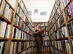Knihovníci, učitelé a pedagogičtí pracovníci se stále více setkávají s tím, že děti málo čtou.