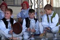 Na pódiu na Karlově náměstí se vystřídaly dětské i dospělé soubory. Některé soubory dokonce doprovázely vlastní kapely, takže nechyběla vystoupení taneční, hudební a ni pěvecká.