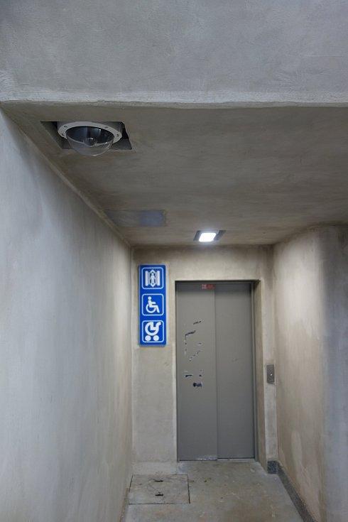 Vlakové nádraží v Třebíči. Oko kamery v podchodu.