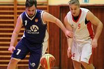 Třebíčští basketbalisté (v bílém) začali obě utkání dobře, ale zápas v Kyjově a na půdě brněnské Tesly do vítězného konce nedotáhli.