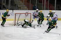 Druhé kolo nadstavbové části hokejové první ligy juniotů nabídlo duel dvou aktuálně nejlepších týmů soutěže, ve kterém Horácká Slavia  (ve světlém) přivítala Vsetín.