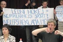 Fanoušci hokeje na nedávném zastupitelstvu v Třebíči